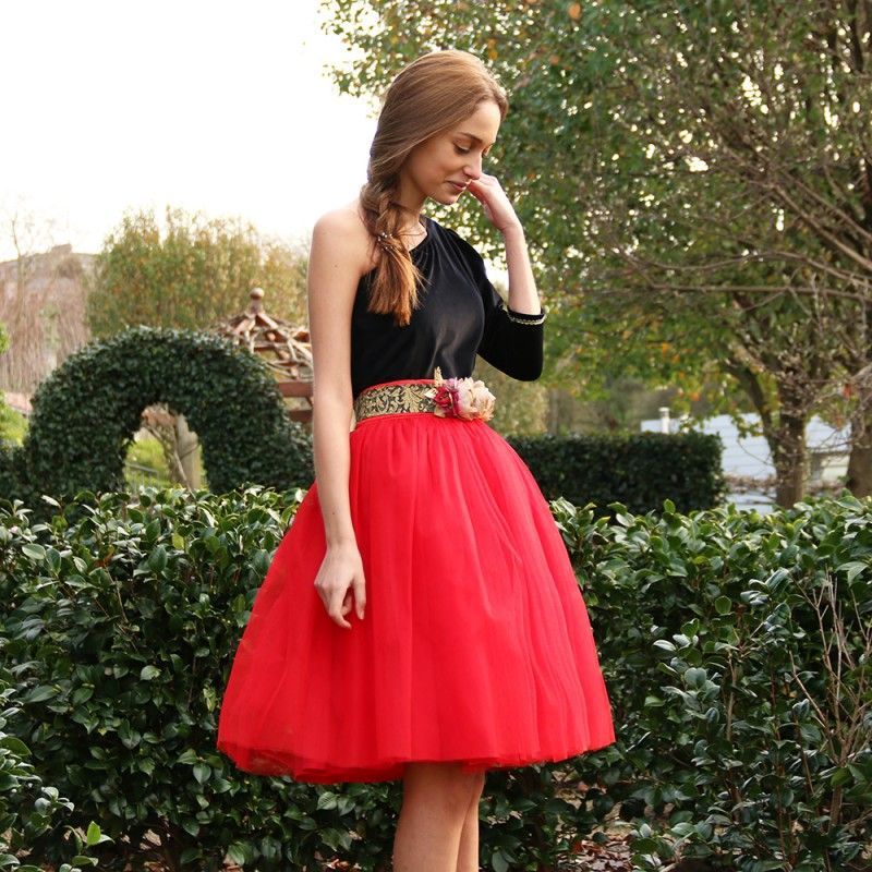 40090abe97 Falda de tul tipo Carrie en color rojo hecha a medida con cinturón de  flores y top asimétrico de terciopelo. Invitada de boda.
