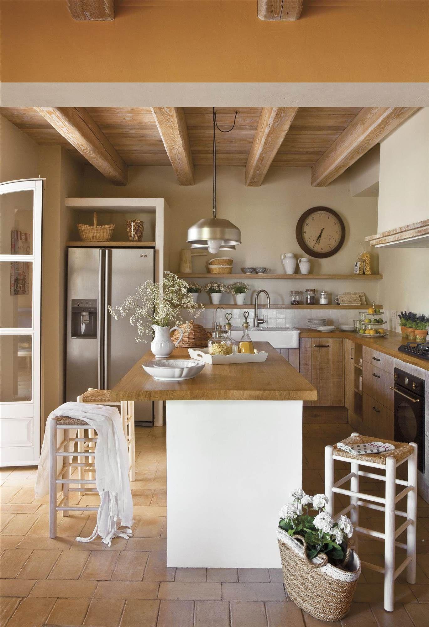 Cocina rústica con muebles de madera de roble machihembrado_00366547 ...