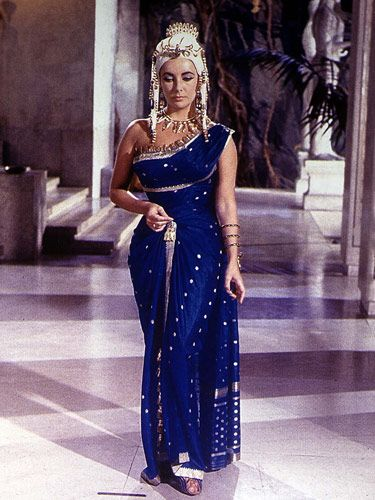25 Most Iconic Film Looks Of All Time Elizabeth Taylor Cleopatra Elizabeth Taylor Movie Fashion