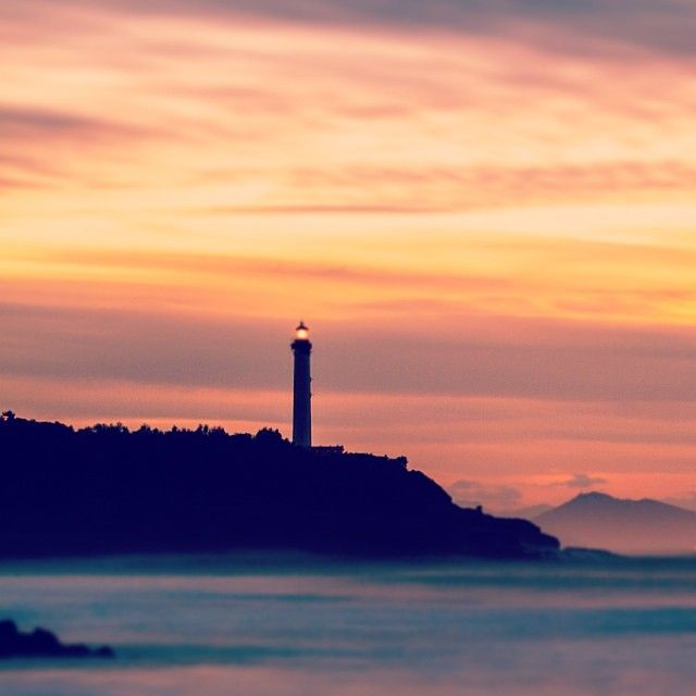 le phare de biarritz vu d 39 anglet au coucher du soleil sunset over biarritz 39 s lighthouse photo. Black Bedroom Furniture Sets. Home Design Ideas