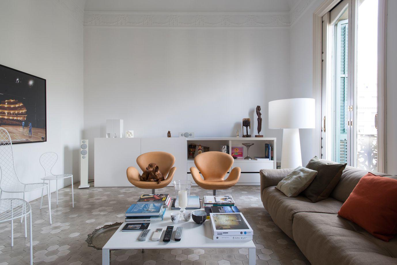 Arredi classici e moderni in una casa in stile Gaudì ...