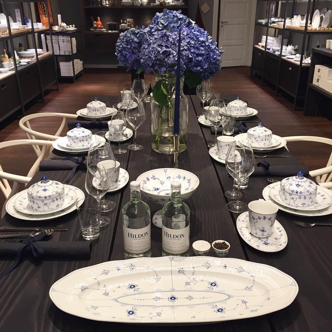 Vi lægger godt ud - på date i Aarhus med Martin ❤️ #royalcopenhagen #conceptstore #dinnertable #wegner #wishbonechair #danishdesign #bluefluted