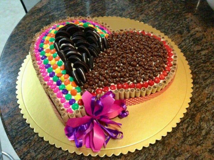 torta decorada con rocklets y chocolates - Buscar con Google ...