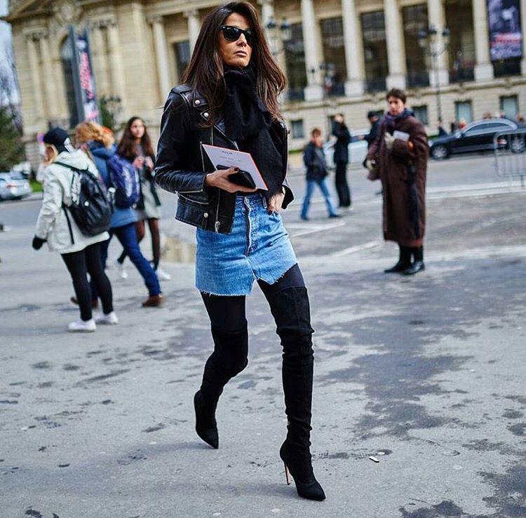 Minissaia jeans com bota over de knee e jaqueta de couro
