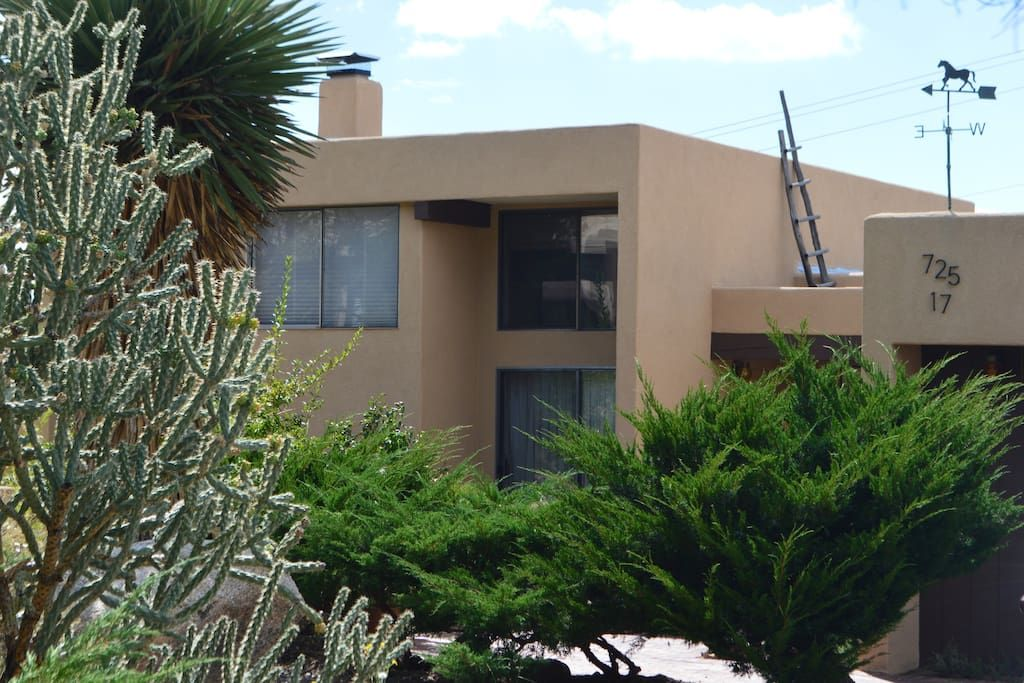 House in Albuquerque, United States. Spectacular view of Albuquerque with beautiful Sunsets overlooking the City Lights right off the Front Terrace.  Inviting warm comfortable environment set in a modern Adobe Style home in the Sandia Mountains foothills. Ample light w/ High Beamed c... - Get $25 credit with Airbnb if you sign up with this link http://www.airbnb.com/c/groberts22