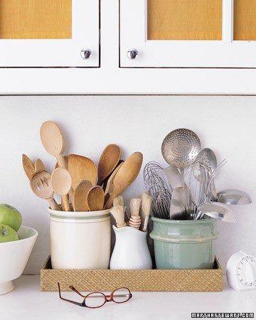 Alguns utensilios de cozinha ficam melhores em cima da pia do que dentro de uma gaveta.
