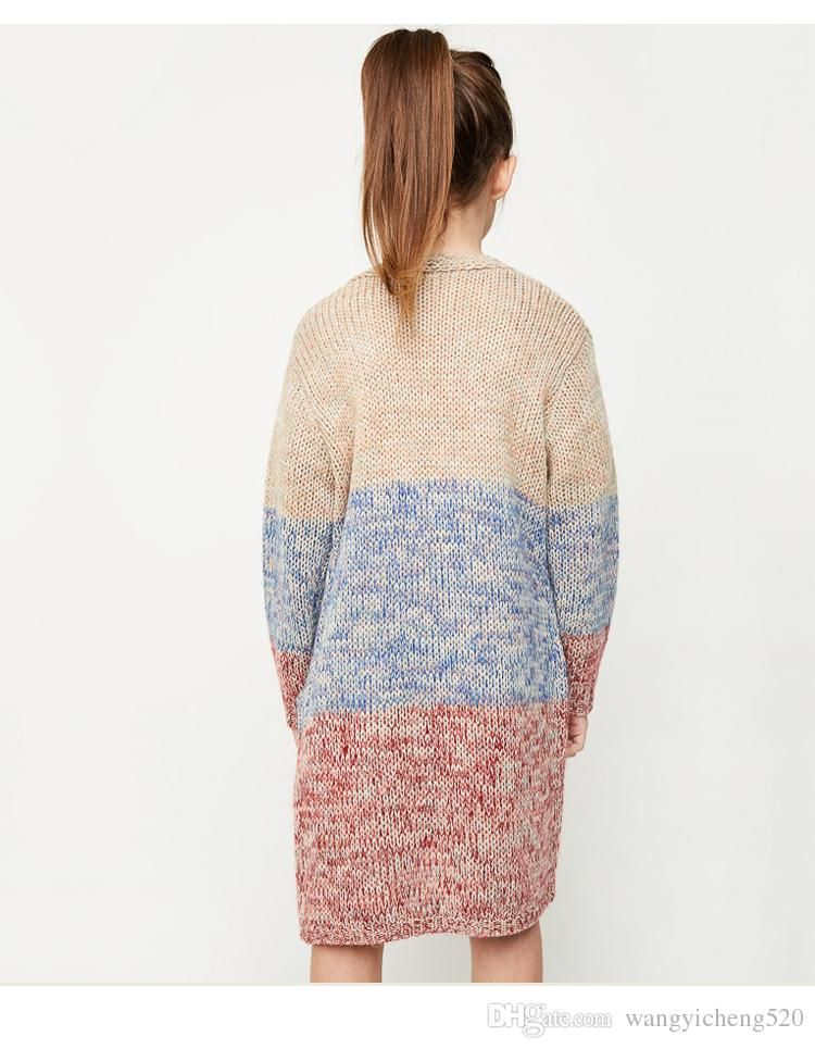 En el suéter largo de la niña  8c8e8559625a