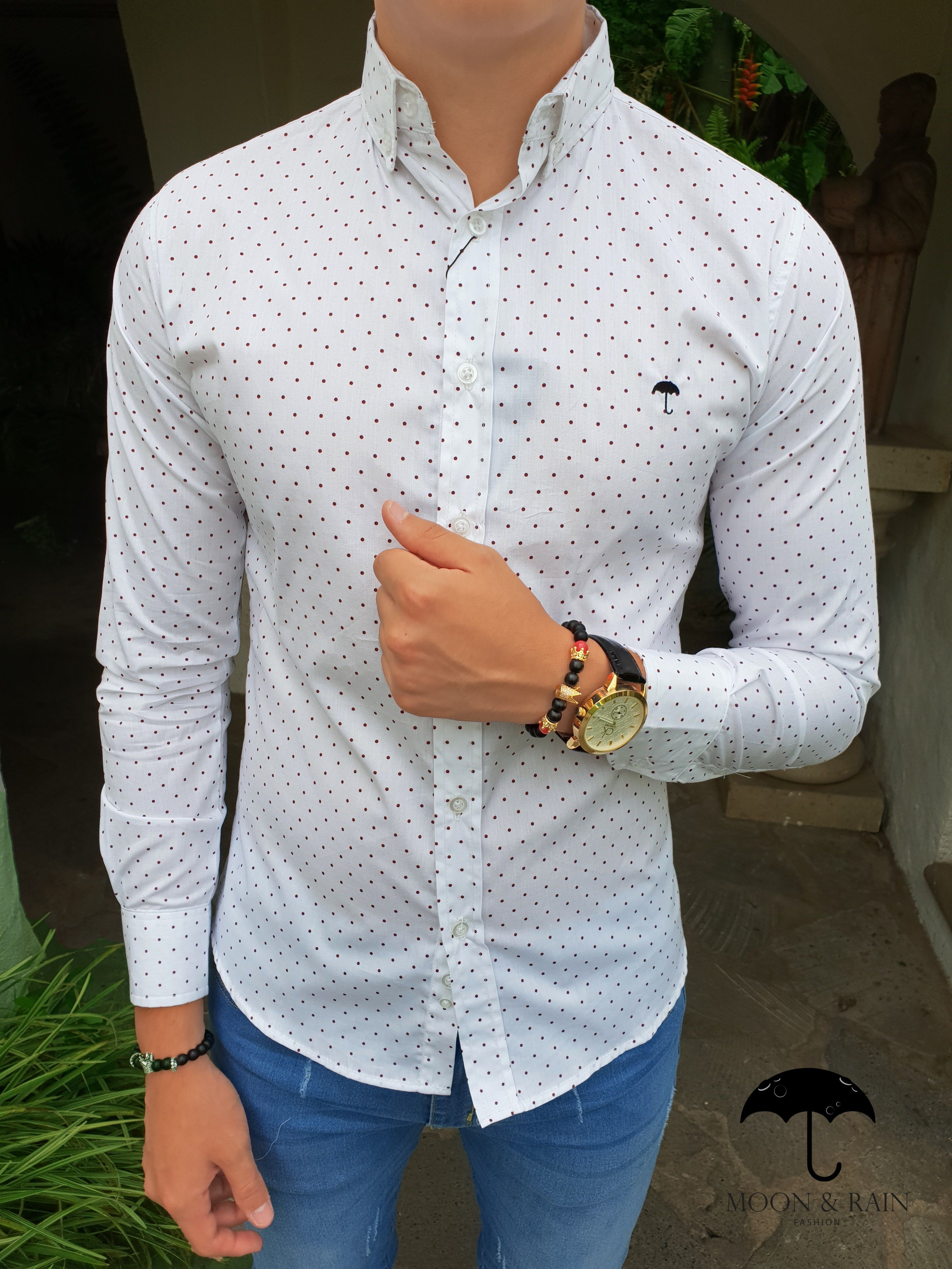 0caca91abb Outfit para hombre  camisa slim fit blanca de mini puntos vino ...