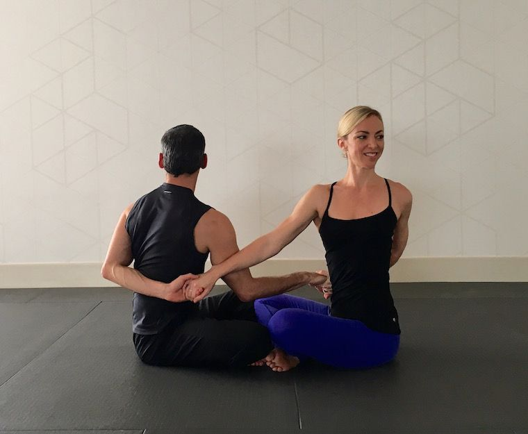 10 Partner Yoga Poses For A Strong And Flexible Relationship Couples Yoga Couples Yoga Poses Partner Yoga Poses