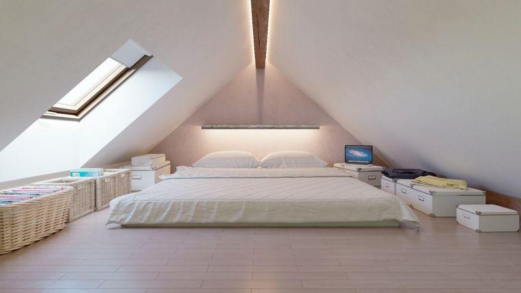 luminosa camera con un grande letto futon, alcune ceste in vimini e ...