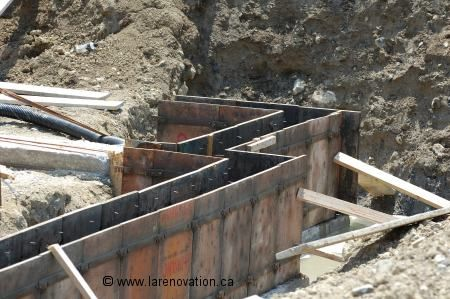 Photo du coffrage pour couler une fondation de béton Fondation - maison en beton coule