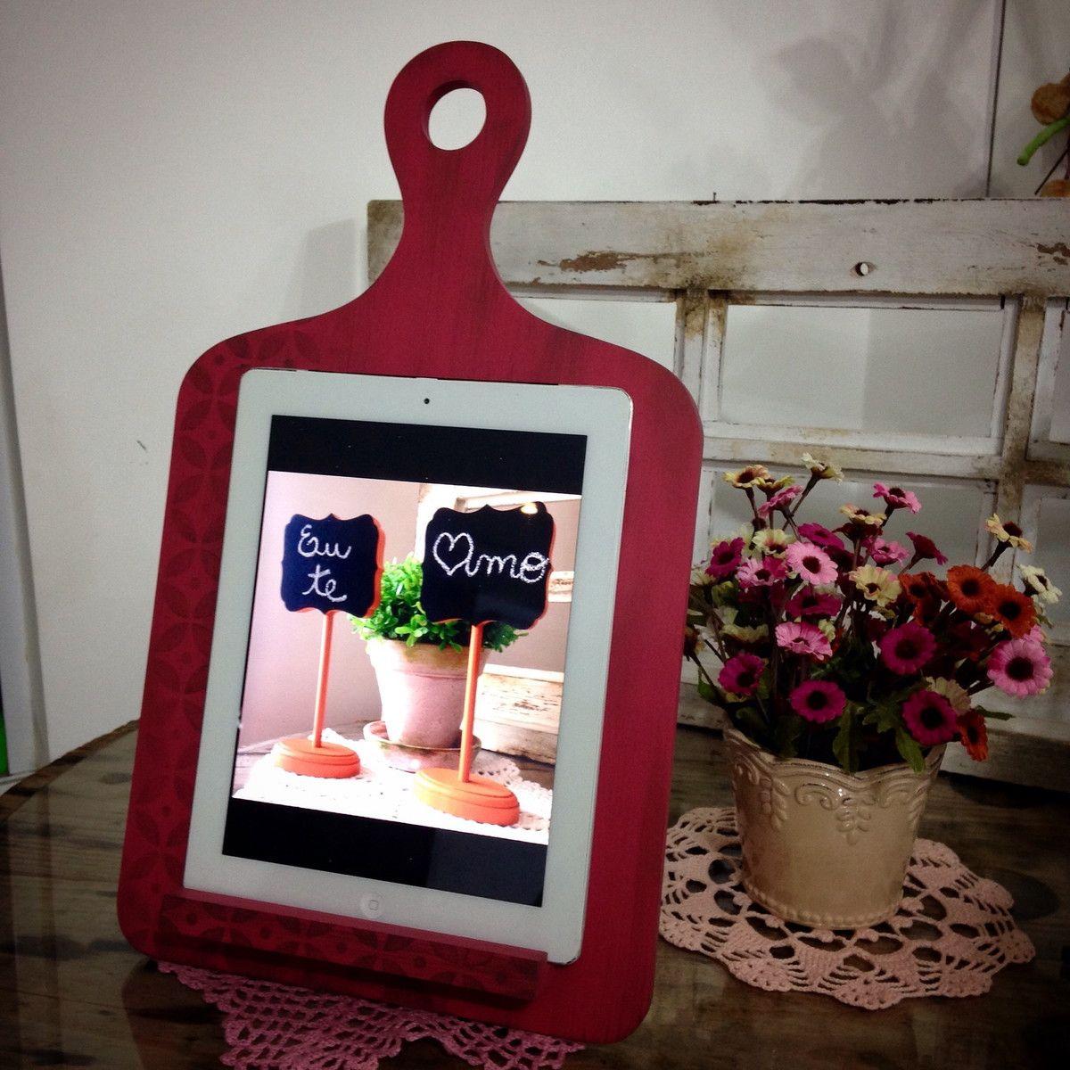 Suporte para Tablet e Ipad <br>Fabricado em MDF e pintado artesanalmente. <br>A peça é ideal para comportar seu Tablet, deixando seu aparelho sempre protegido, pois conta com acabamento reforçado. <br>Peça a pronta entrega disponível na cor Framboesa e decorado com stencil. <br> <br>Obs.: Imagens ilustrativas, Tablet não incluso