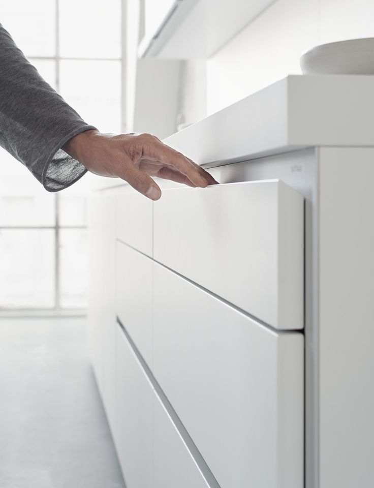 The finger-friendly recess edges ensure that the bulthaup b1 pull-outs and drawers are easy to open.