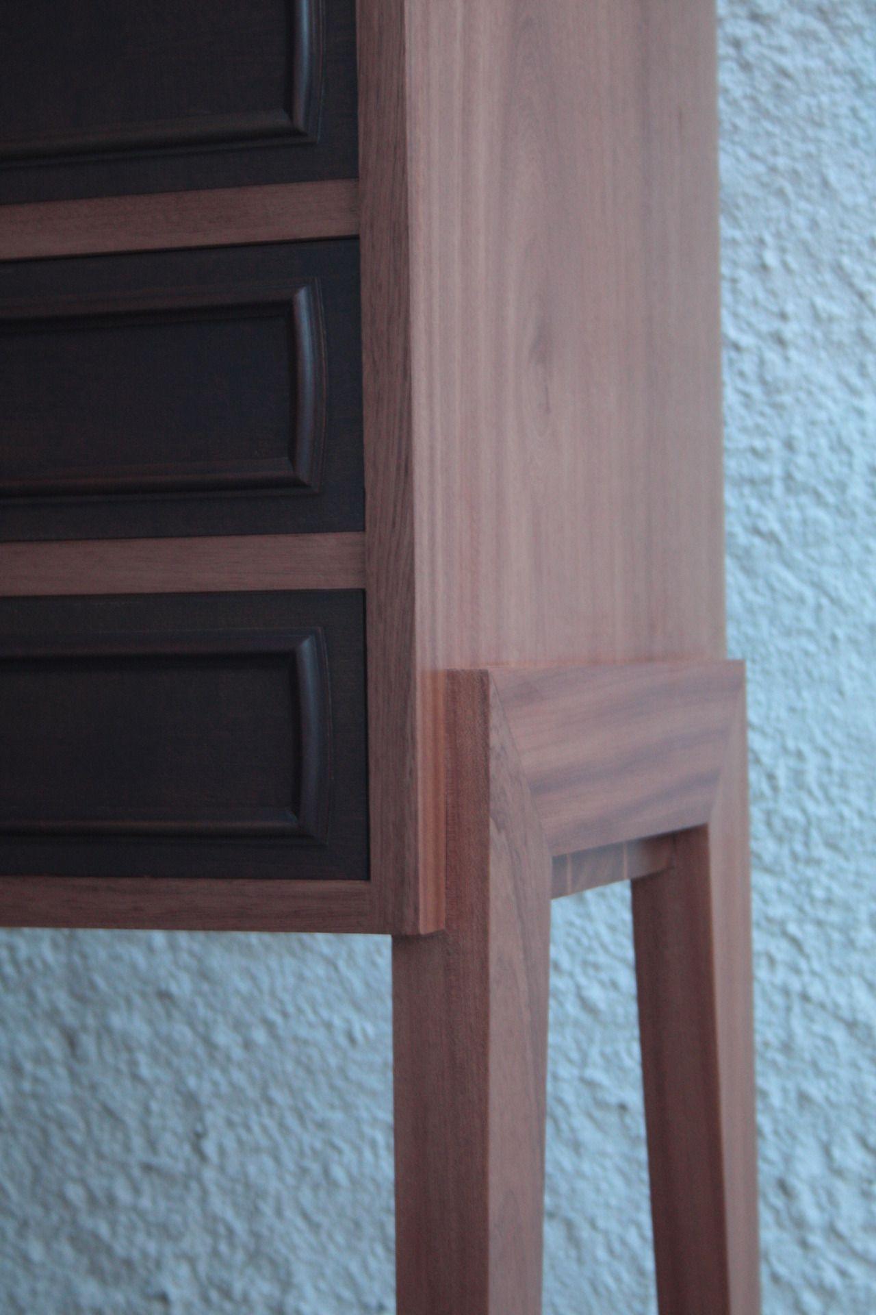 Móvel em madeira maciça, concebido para aproveitar as gavetas sobreviventes de outro hospedeiro. Modelo e execução da Woodmaid Material: Mogno Sapeli Acabamento: Cera natural Altura:1,45m