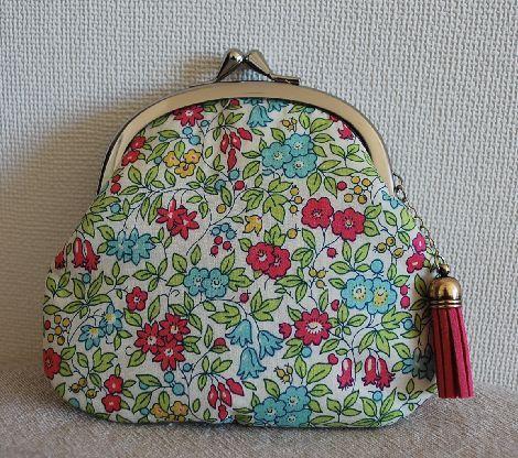 リバティの小花柄が可愛いぺちゃんこ形のがまぐちです                                   表布:リバティに薄いキルト綿を貼りまし...|ハンドメイド、手作り、手仕事品の通販・販売・購入ならCreema。