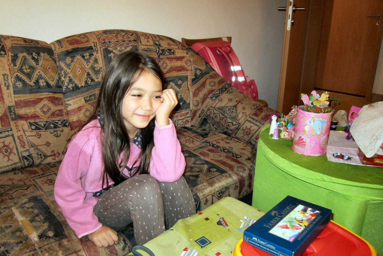 Pleifaa sieht sich DVD`s an und an Verblöd-Fernsehen, Buddha sei Dank, ist sie nicht sonderlich interessiert
