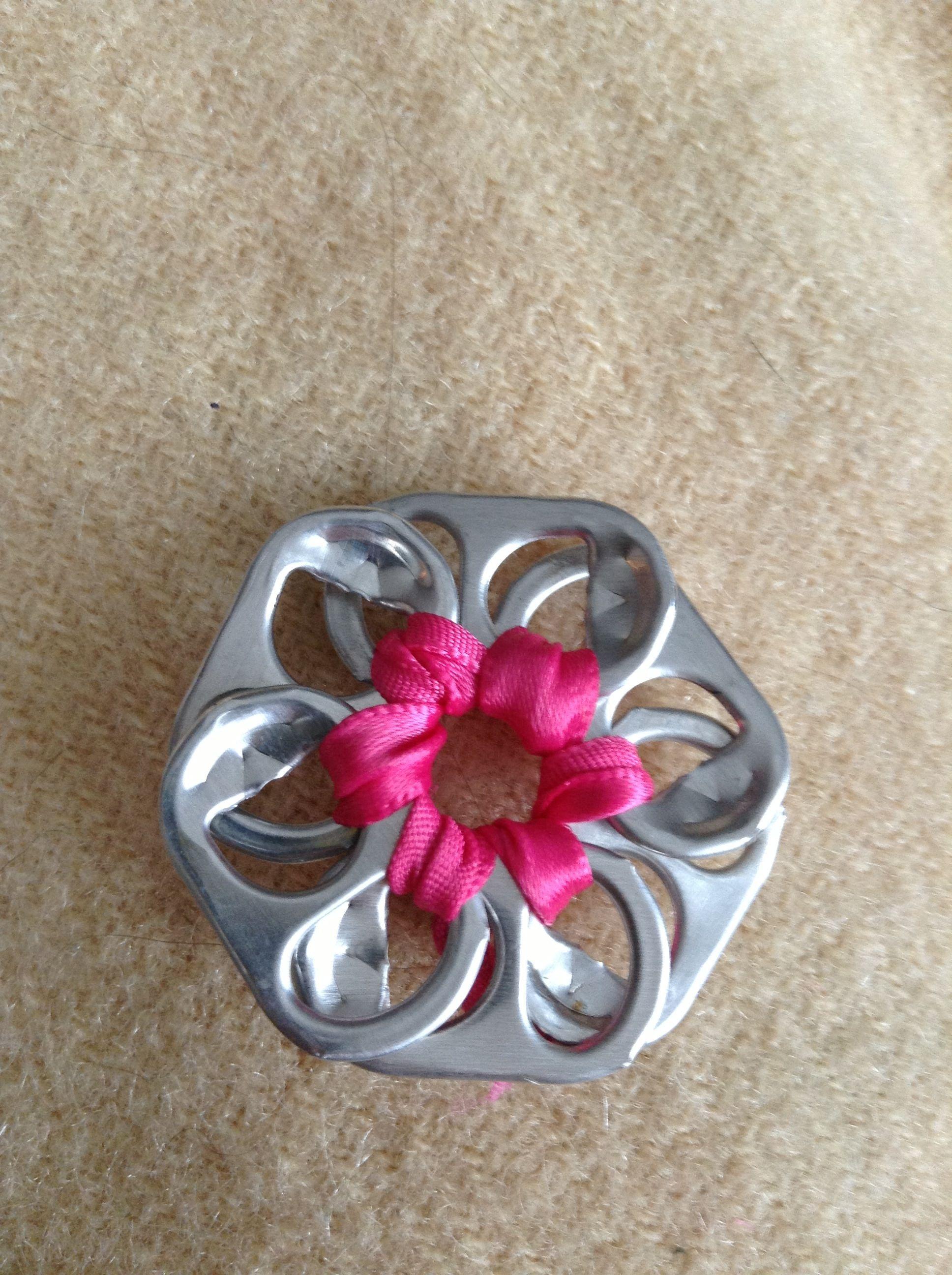 simple flower out of pop tabs super simple diy craft. Black Bedroom Furniture Sets. Home Design Ideas