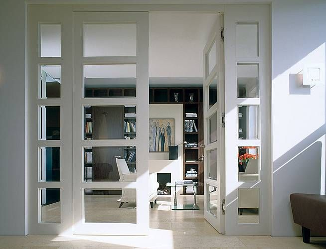 Eine zweiflügelige, raumhohe Tür verleiht dem Wohnzimmer oder der - exklusives treppen design