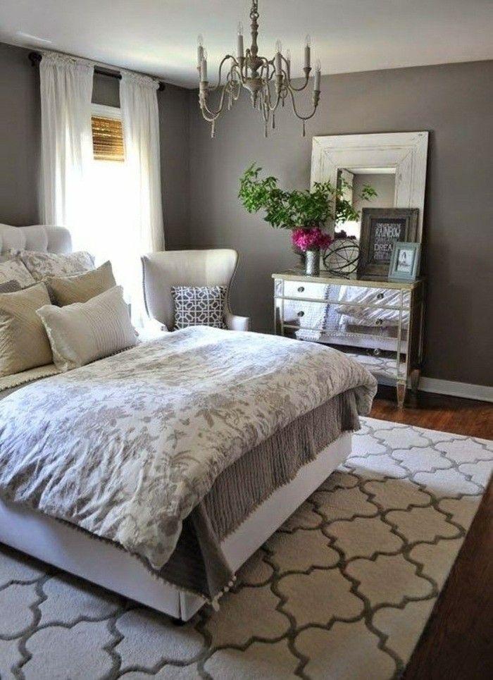 Elegant Gestaltung Schlafzimmer Grau Bett Weisse Gardinen Weisser Stuhl Blumen