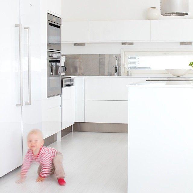 Kuvailin keittiötä blogiin, linssilude oli tietysti paikalla. #kitchen #whitekitchen #myhome #interiordesign