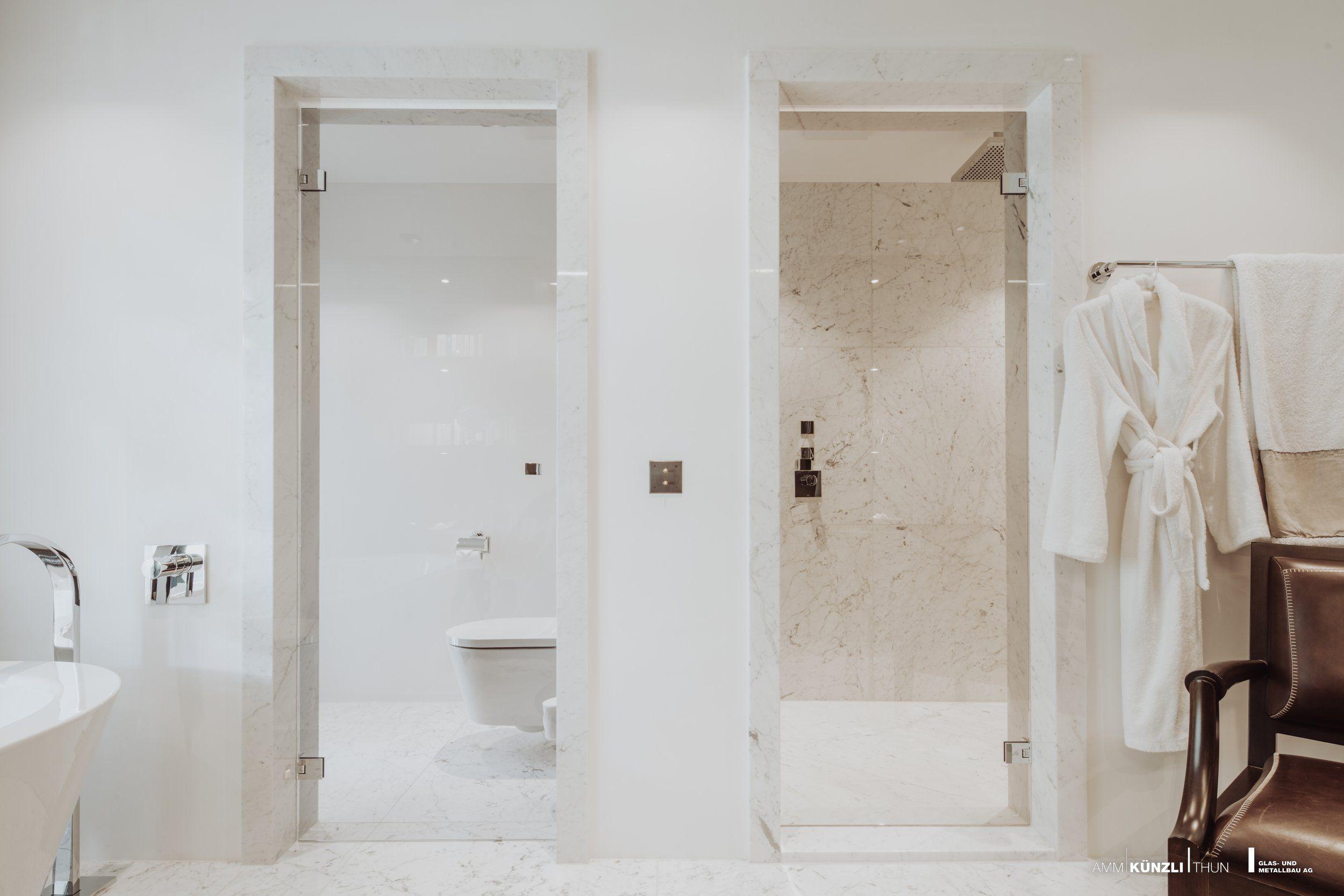 Ganzglas Duschture Mit Transparentem Glas Glanzverchromte Beschlage Weisser Marmor Eine Ganzglasdusche Verzaubert Die Atmosphare Im Duschtur Dusche Glasbau
