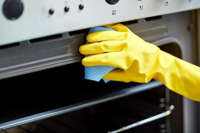 Cómo limpiar horno, encender el horno, durante 20 minutos, sin nada en el interior, con que lo pongas a 180º, será suficiente. Pasado este tiempo, apaga el horno y coloca en la parrilla superior del horno un plato con un poco de amoniaco y en la parrilla inferior otro plato con agua hirviendo. Deja actuar toda la noche y, a la mañana siguiente, pasa un paño por todo el horno,
