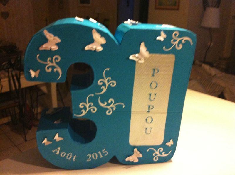 urne en cartonnage pour les 30 ans. Thème bleu et argent, déco papillon.