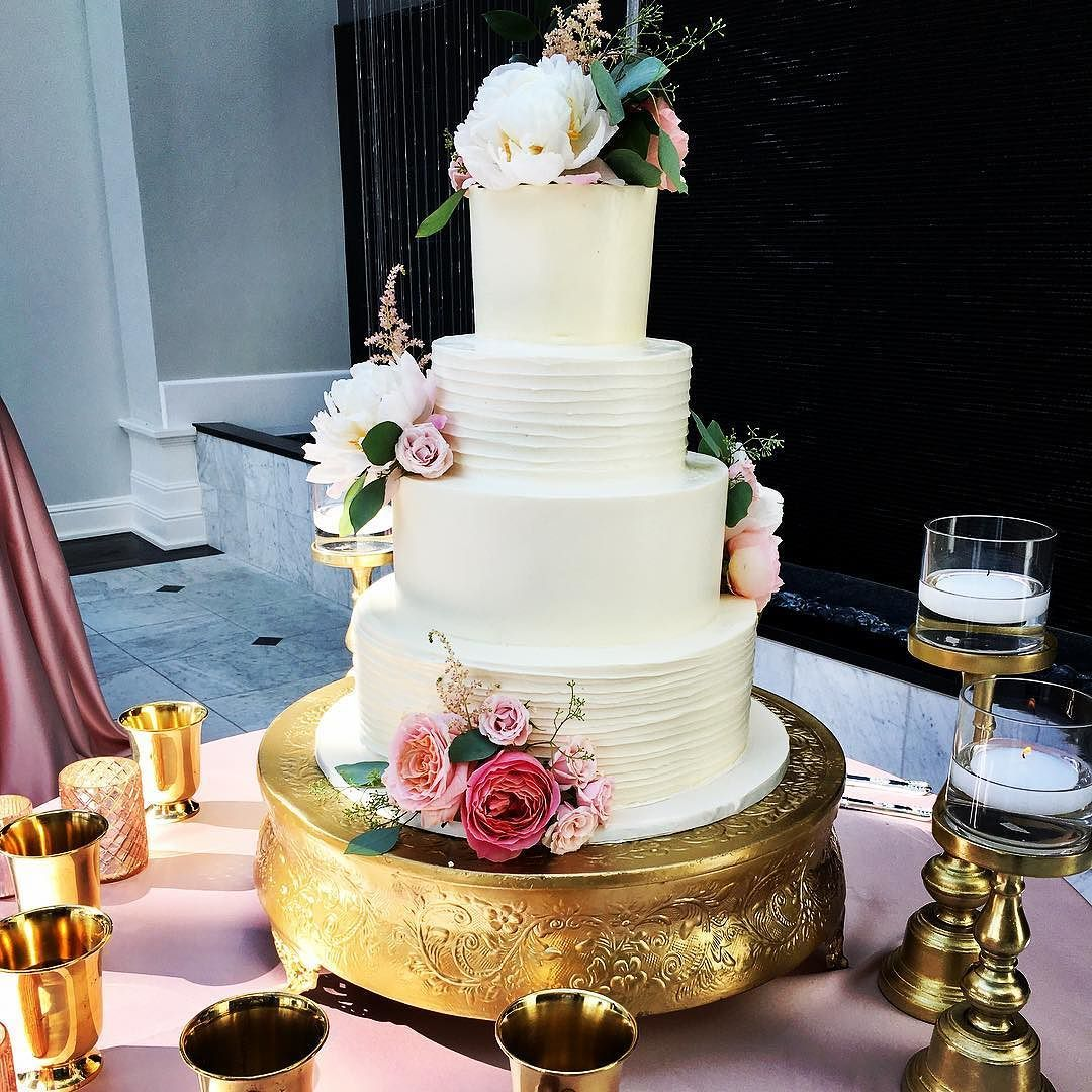 Wedding cake table decoration ideas  Wedding cake table decorations fresh flowers and golden candle