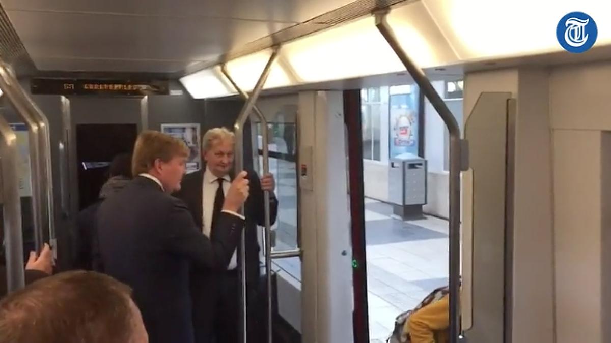 koning  willem-alexander neemt de metro