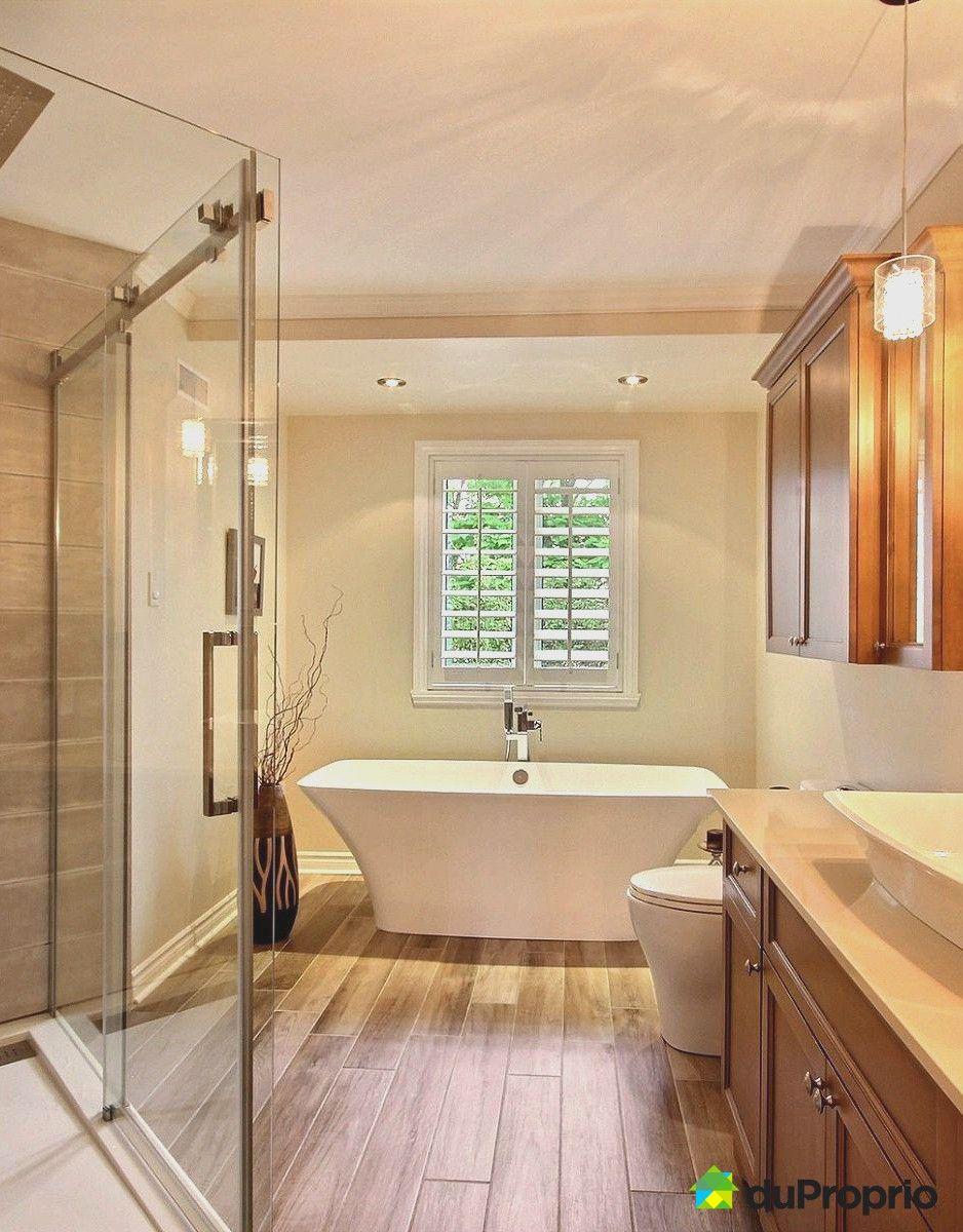 Belle salle de bain contemporaine. Très beau bain design. On aime ...