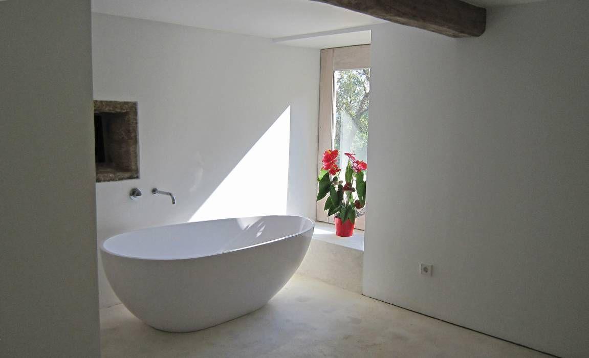 Moderner Landhausstil und Minimalismus machen dieses Badezimmer zu einem Wohlfühlort