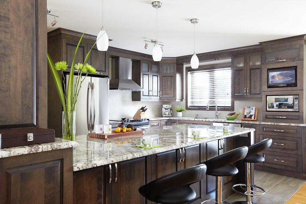 îlot et armoires de cuisine classique ont été réalisés en placage de ...
