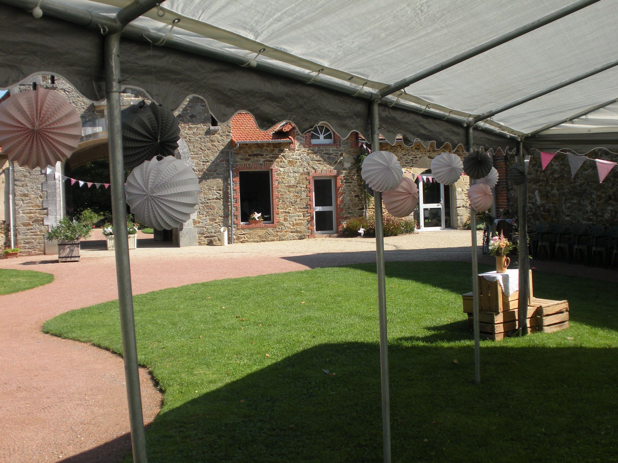 Décoration tonnelle avec boules papier de chez Skylantern. Ton gris, rose et blanc