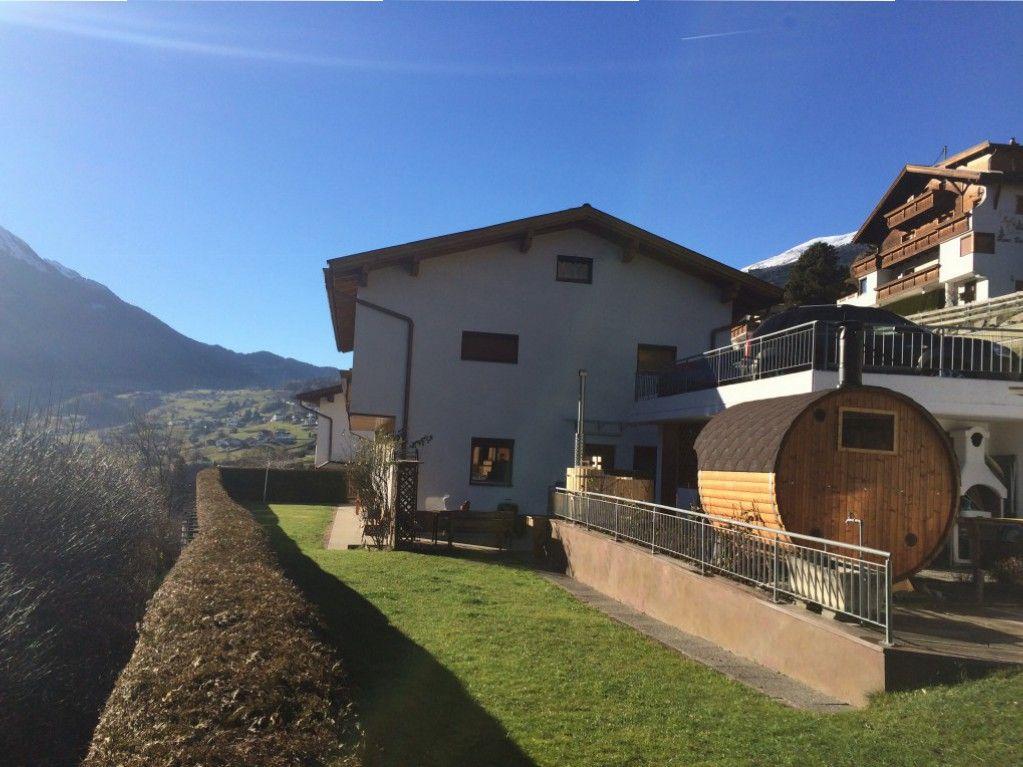 Haus AlpenHahn in Wenns Tirol is omgeven door schitterende natuur en adembenemende uitzichten.De perfecte plek voor een heerlijke vakantie in Tirol.