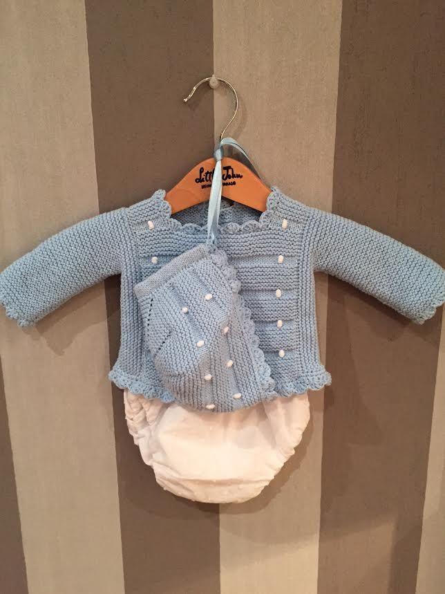 48052c46 Conjunto bodoques en algodón azul cielo con bodoques blancos a juego con la  capota y cubre pañal de plumetti. Talla 0-3. Este ya tiene .