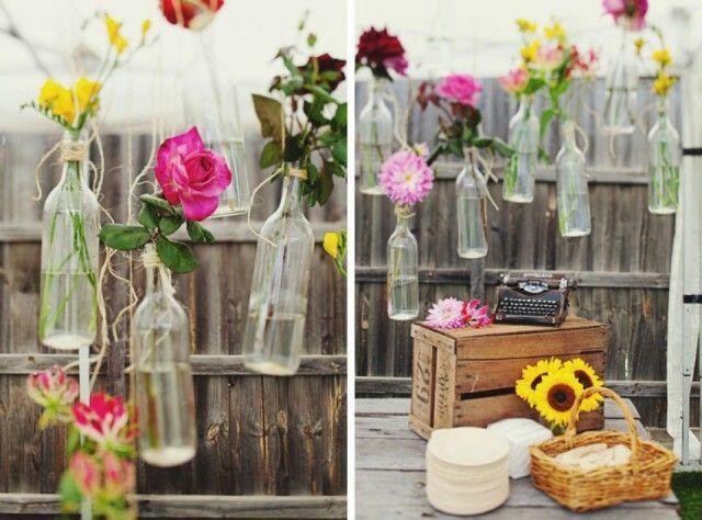 Decoratie feestlocatie hangende flesjes met gekleurde for Bruiloft decoratie zelf maken