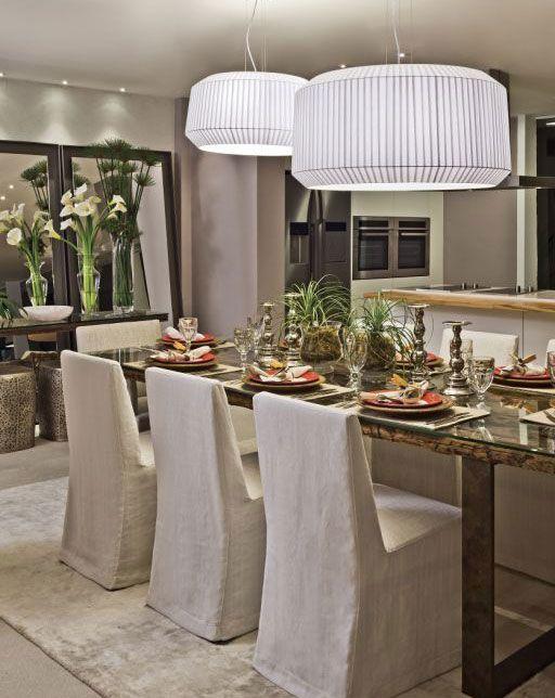 Rota Artesanato Ubatuba ~ Dois modernos lustres iluminam a mesa com oito lugares Sala de jantar Decor ideas