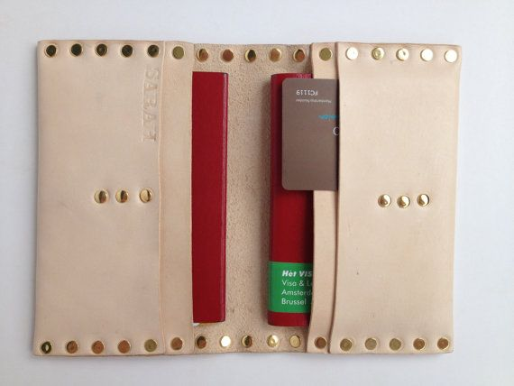 Porta passaporto in pelle appositamente per 2 di KonchCrafts, $49.95