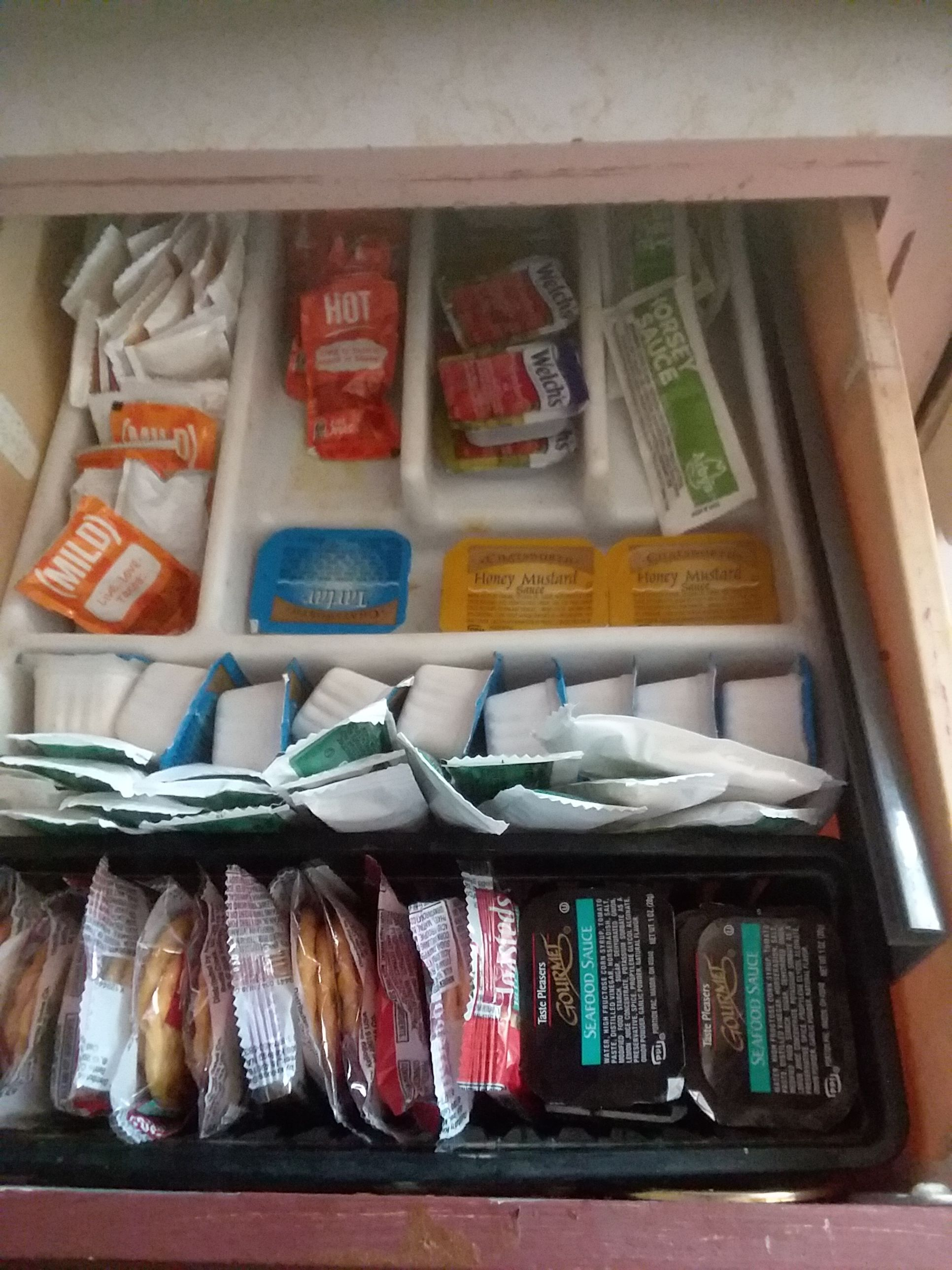 Merveilleux   Totalement gratuit  Condiments drawer  Suggestions,  #Condiments #Condimentsdrawer #drawer #gratuit #Merveilleux #Suggestions #Totalement, Voici mon tiroir à condiments J'utilise un plateau supplémentaire et un porte-couverts A. Manhunter sauce barbecue, le ketchup, manhunter moutarde, le chutney, les relishs, manhunter salsa, les cornichons, les olives et la mayonnaise entrent t...
