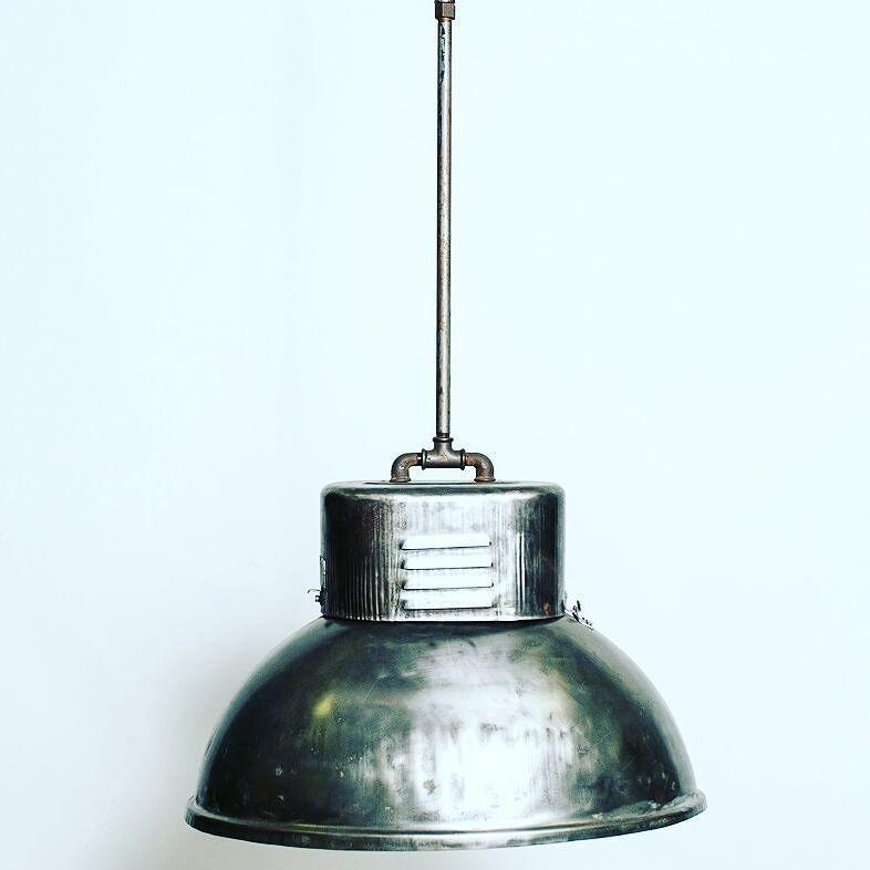 Lampadario industriale produzione tedesca anni 50 in lamiera e ferro.  Dimensioni 60x45xh100 cm  #lamp #interiordesign #vintage #chandelier #spazio900design #spazio900 #modernism #industrial #loft #industrialdesign #iron #germany #lampadario #modernariato #design
