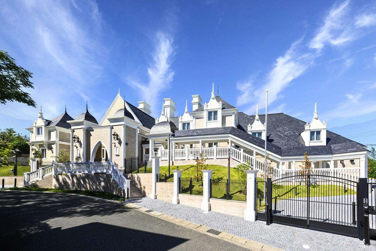 丘の上に建つのは 中世ヨーロッパのお城のような邸宅 優雅な雰囲気と