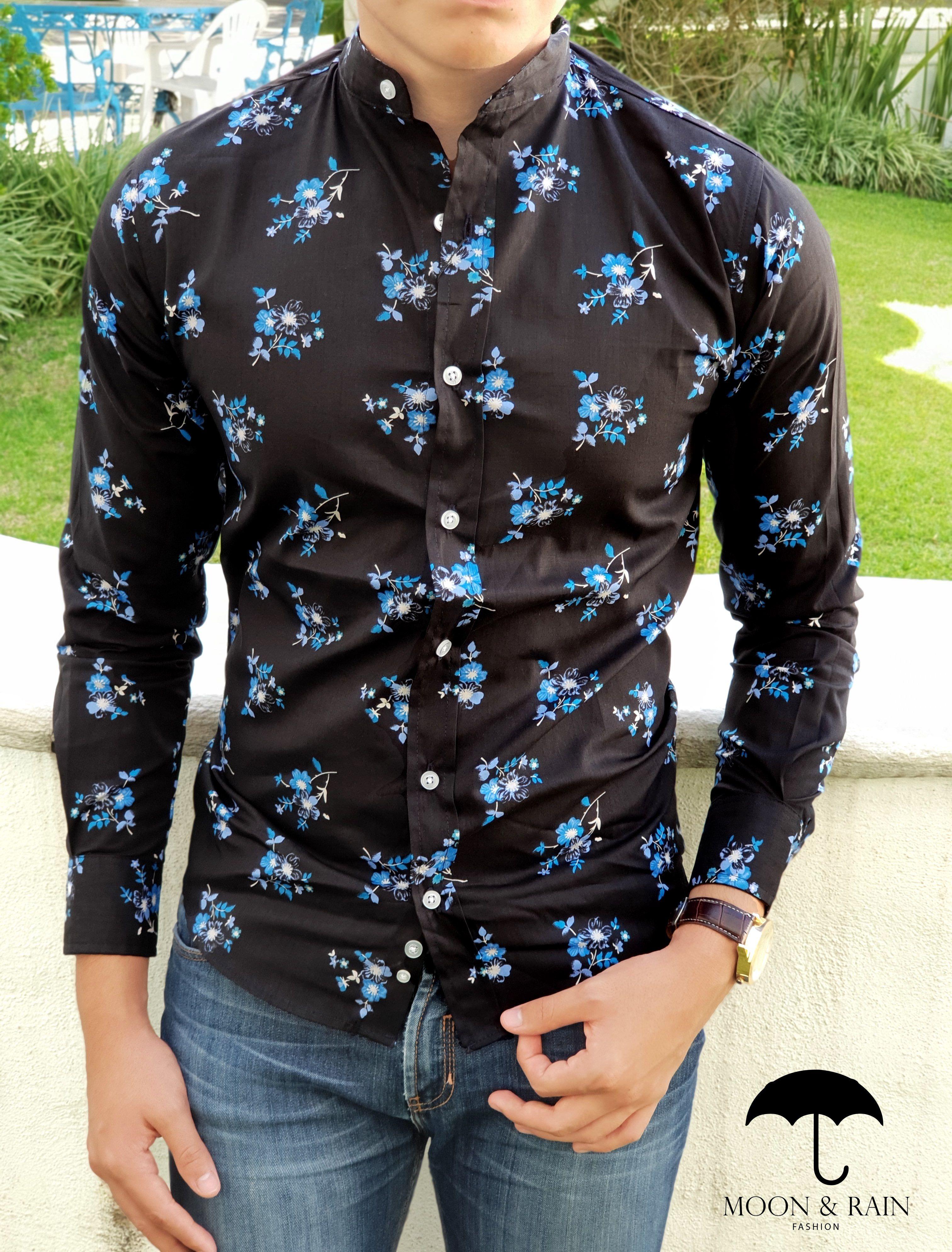 33786d2a13061 Outfit para hombre  camisa negra con flores azules en manga larga y jeans  de mezclilla