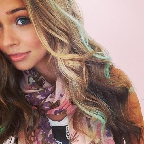 I Love The Mint Green Streaks In Her Hair Hair Styles Hair Beauty Hair