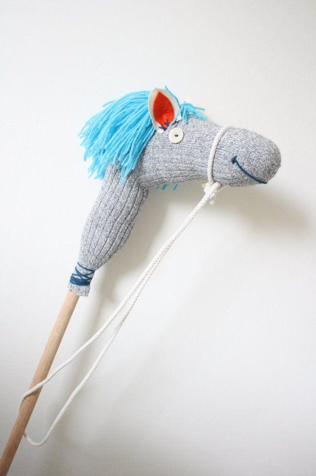 Photo of Dieses handgemachte Steckenpferd besteht aus einer Wollsocke …