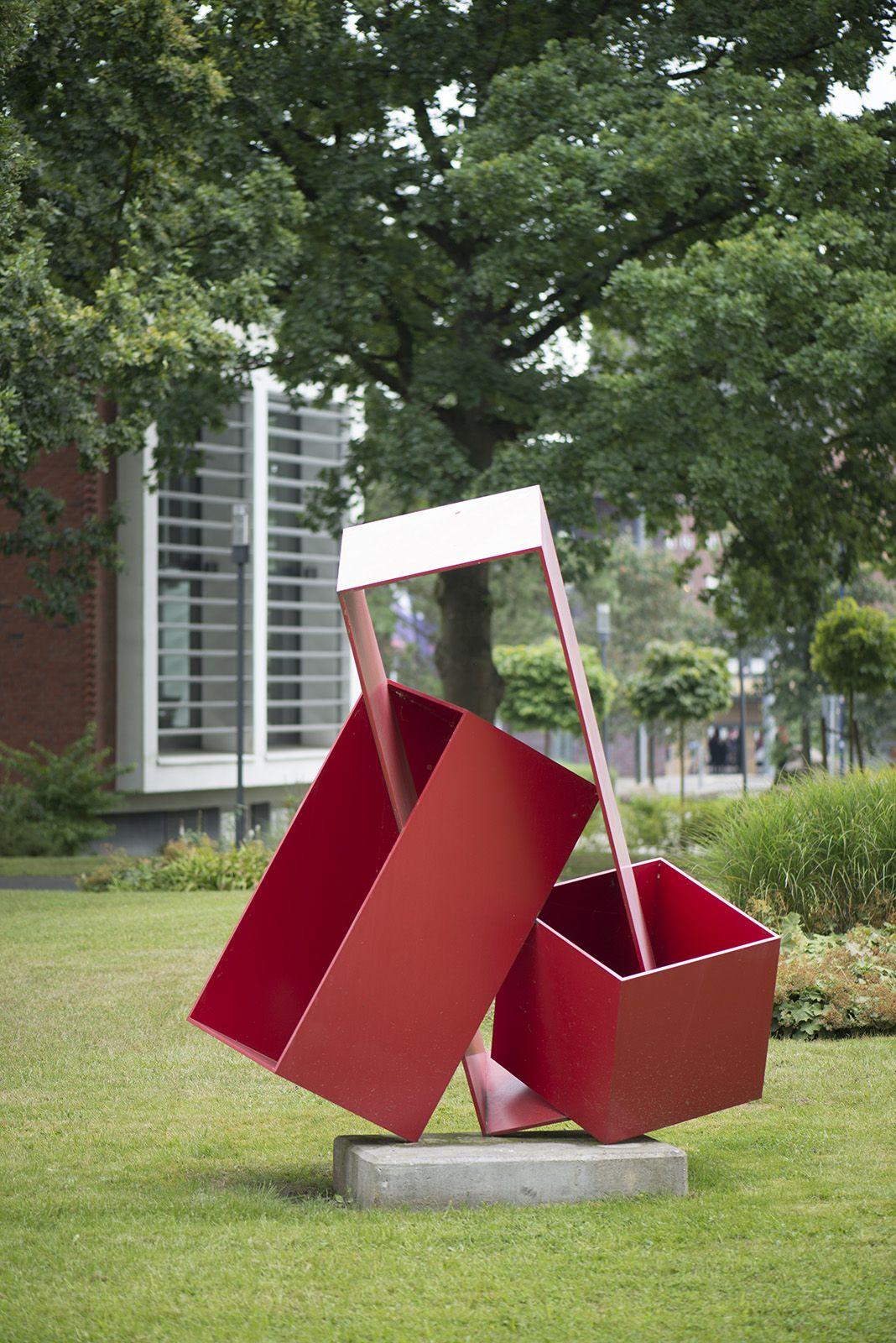 """#BadOldesloe Für seine Stahlskulptur """"Kubushochzeit"""" verschränkte und verhakte Bildhauer HD Schrader drei unterschiedlich große kubische Körper in leuchtendem Rot zu einer komplexen und doch klaren Form."""