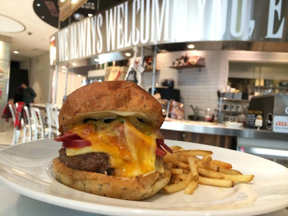 GP contributor Lisa Hong is having some serious pregnancy cravings.   Where do you go in Tokyo when your unborn child is craving an all American hamburger?   JS Burgers Cafe to the rescue.