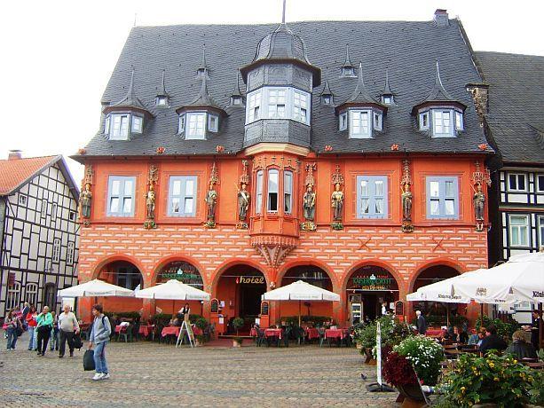 das rote haus steht auf dem marktplatz von goslar wohl. Black Bedroom Furniture Sets. Home Design Ideas