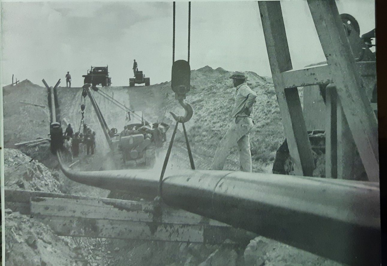 Aprox 1942 Pipeline construction, Statue of liberty, Statue