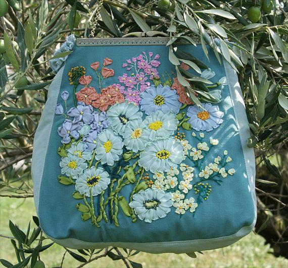 Bestickte Blumentasche in Vintage Styl  Blumen Clutch Tragentasche Ostergeschenk Handarbeit Unikat Sommerwiese Sommerblumen
