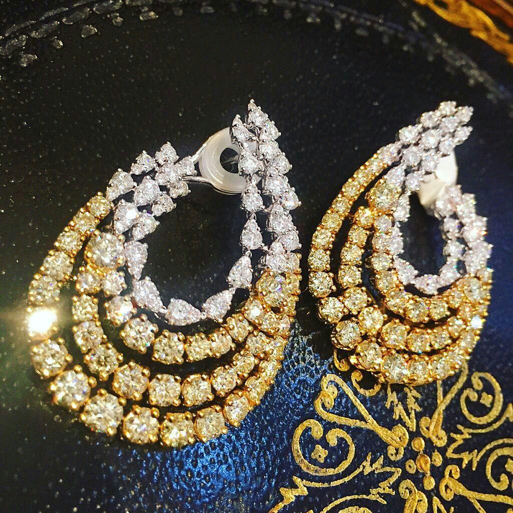 Piezas cautivantes aretes en diamantes canarios y blancos